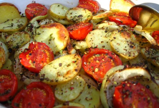 Image: Ovnsstekte poteter med løk og tomater