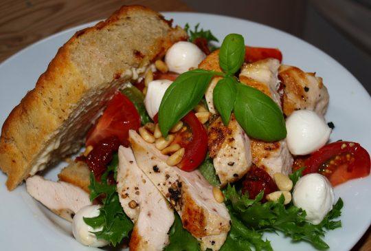 Image: Sandwich med kylling, aioli og pinjekjerner