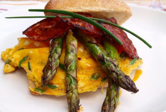 Image: Eggerøre med asparges og chorizo