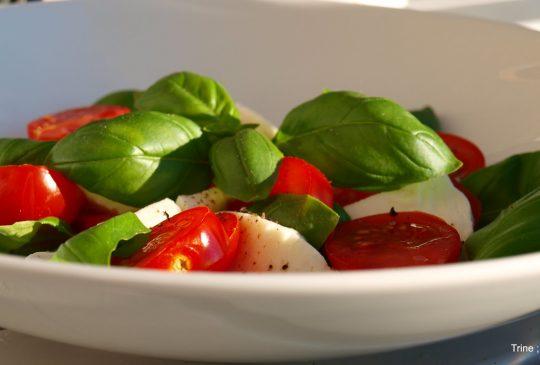 Image: Tomatsalat med mozzarella og pinjekjerner