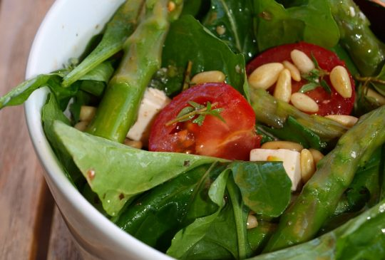 Image: Aspargessalat med cherrytomater og pinjekjerner