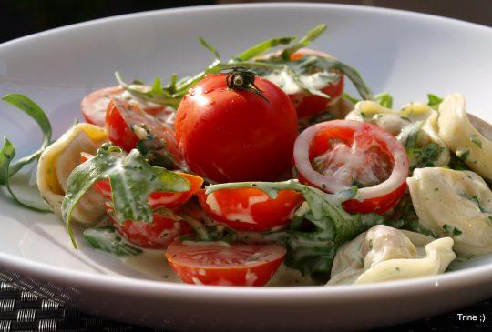 Image: Tortellini med norzolasaus, cherrytomater og ruccula