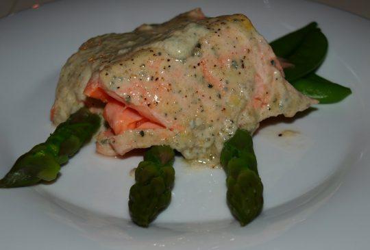 Image: Salmalaks med blåmuggostsaus på aspargesseng