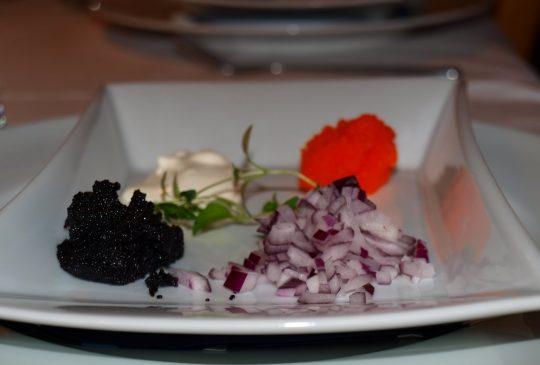 Image: Salinaskjeks med rød og sort lodderogn, rømme og rødløk
