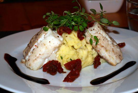 Image: Ovnsbakt torsk med soltørkede tomater og hvitløkspotetstappe
