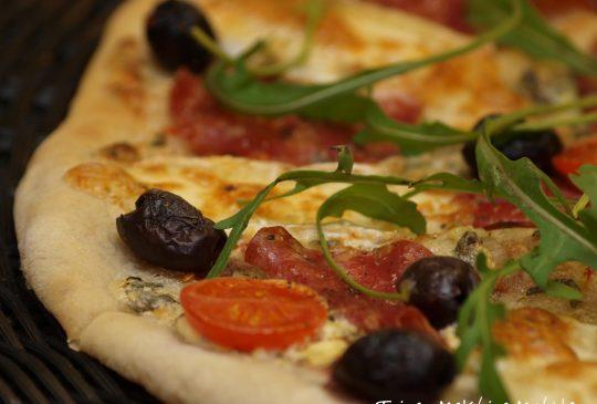 Image: Pizza med creme fraiche, italiensk salami og brie
