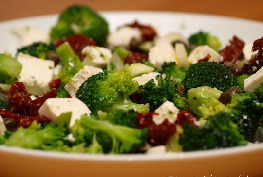 Image: Brokkolisalat med soltørket tomat og fetaost