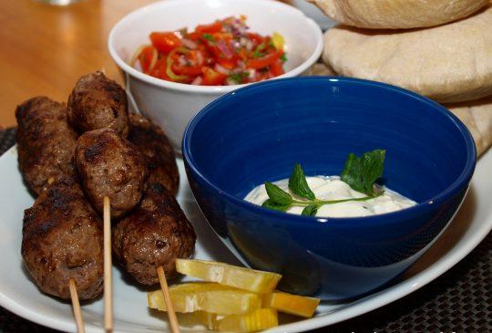 Image: Kebab med tomatsalsa og mynteyoghurt