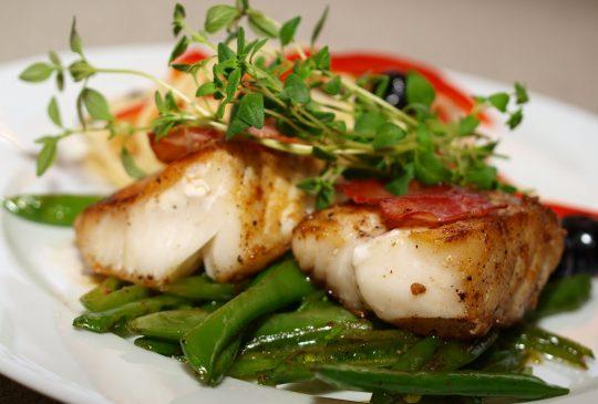Image: Pannestekt torsk med sukkererter og «pastasalat»