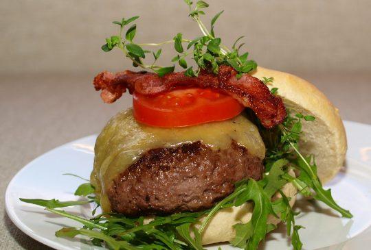 Image: Baconburger med cheddar og chilimajones