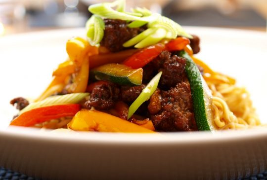Image: Nudelwok med kjøttdeig, chili, squash og paprika