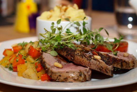 Image: Lammestek med rotgrønnsaksymfoni, mandelpotetpurè og rødvinsaus