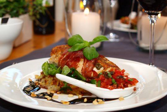 Image: Fylt landkylling med røstipoteter og tomatconcassè