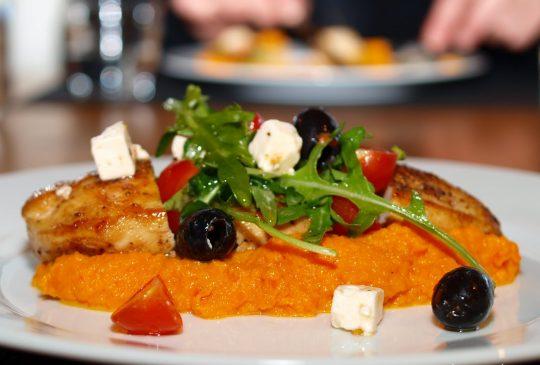 Image: Honningglassert kyllingbryst med gulrotpurè og fetasalat