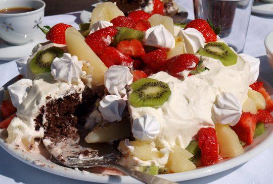 Image: 17. mai kake – sjokoladekake med frukt, bær og marengs