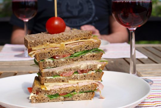 Image: Dagobertsmørbrød med skinke, ost, tomat, aioli, sennep og salat