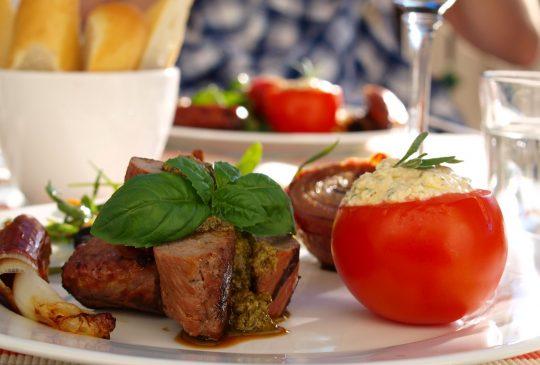 Image: Lammefilet med grillet løk og tomat fylt med fetakrem