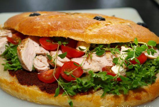 Image: Fougasse fylt med kylling, bacon, salat, tomat, rød pesto og aioli