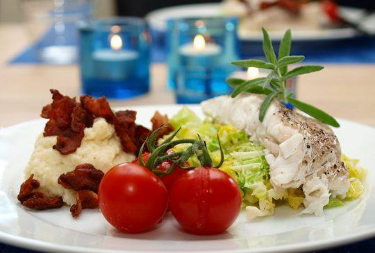 Image: Dampet sei med sellerimos, savoykål, tomater og sprøstekt bacon