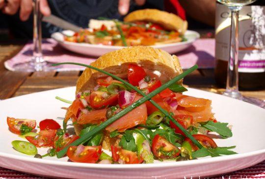 Image: Røkelakssandwich med tomat- og kaperssalat