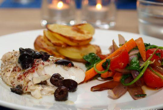 Image: Foliebakt sei med oliven, spinatwok og stekte poteter