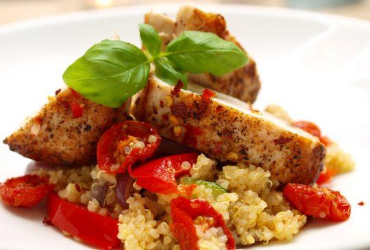 Image: Chilikylling med quinoa, ovnsbakte tomater og hvitløkskrem