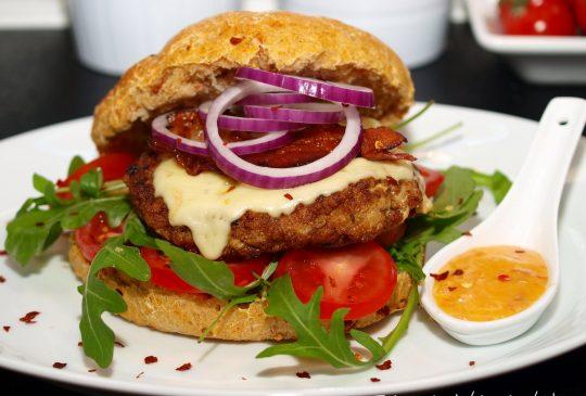 Image: Kyllingburger med bacon, grovt tomatbrød og chilimajones