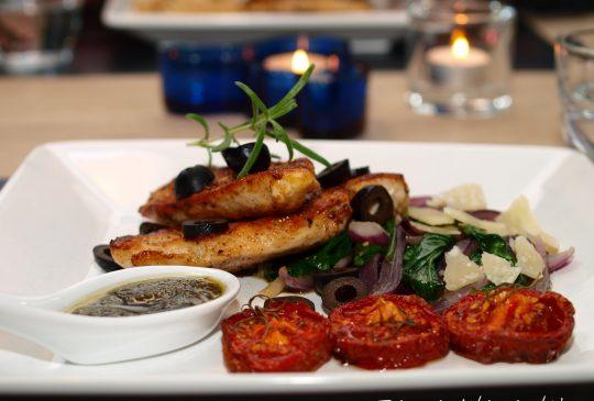 Image: Pannestekt kylling med spinat, ovnsbakte tomater, oliven og pesto