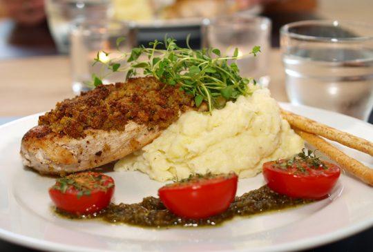 Image: Pestopanert kylling med sellerirotmos og ovnsbakte tomater
