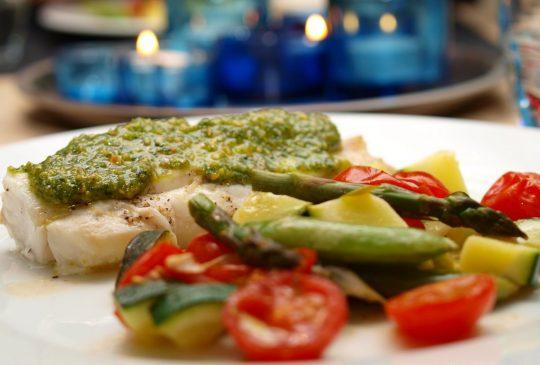 Image: Sitronmarinert torsk med squash, tomater, sukkererter og basilikumpesto