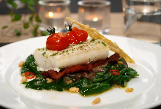 Image: Ovnsbakt torsk med spinatsalat, tomater, bacon og parmesanchips