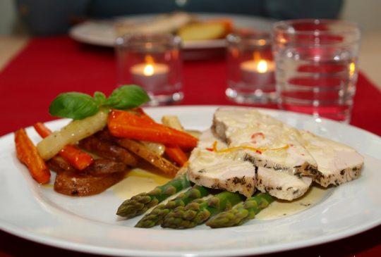 Image: Urtebakt kalkunbryst med rotgrønnsaker og appelsinchilisaus + nydelig bringebærsaus til riskremen