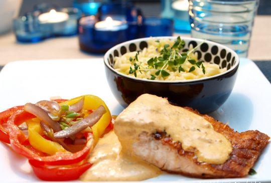 Image: Laks med risoni, stekte grønnsaker og pestokrem