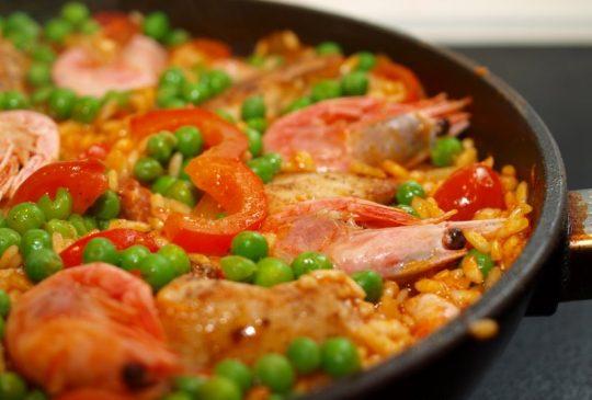Image: En slags paella med kylling, chorizo og reker