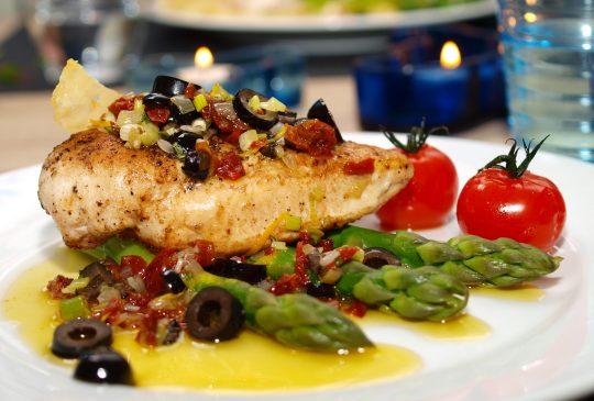 Image: Kylling og asparges med lun tomatvierge og parmesanchips