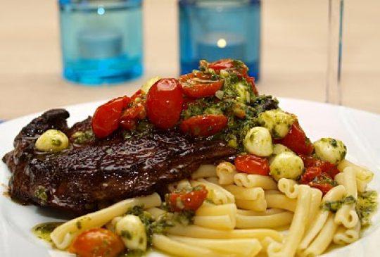 Image: Entrecôte med pestomarinerte tomater og mozzarella