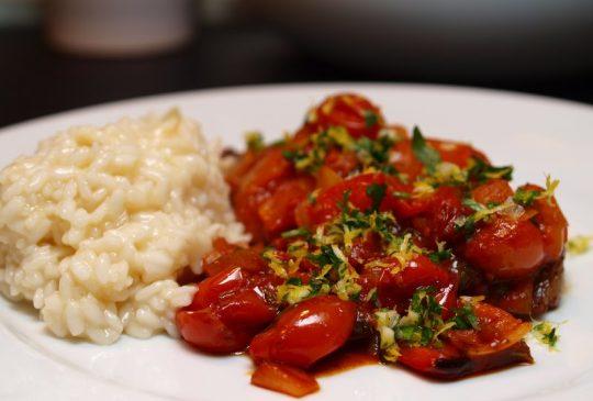 Image: Kalveentrecôte med tomatragu, gremolada og risotto