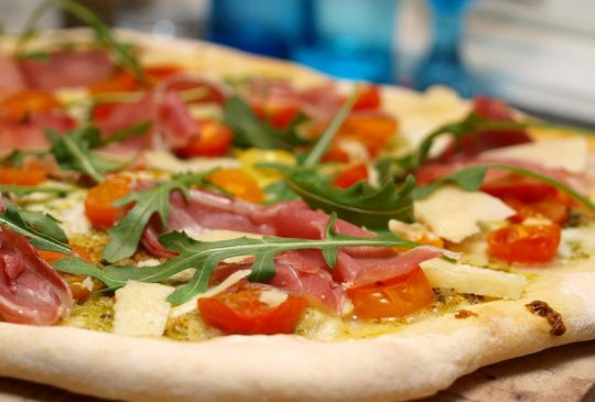 Image: Italiensk pizzabunn med pesto, parmaskinke og mozzarella