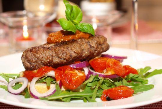Image: Ostefylt hamburger med tomatpesto