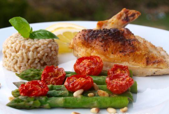 Image: Kyllinglår med asparges, ovnsbakte tomater og bulgur