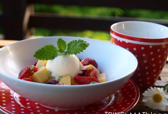 Image: Jordbær- og mangosalsa med vaniljeis