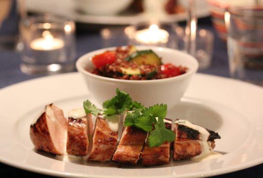 Image: Honning- og soyamarinert kylling med rød quinoa og rømmedressing