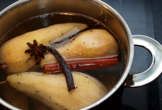 Image: * Krydderkokte pærer med bringebær og vaniljeis *