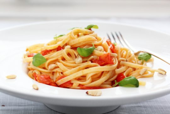 Image: Pasta med tomat, chili og basilikum