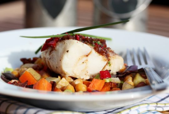 Image: Torsk med ovnsbakte rotgrønnsaker, kikerter, bacon og chilismør