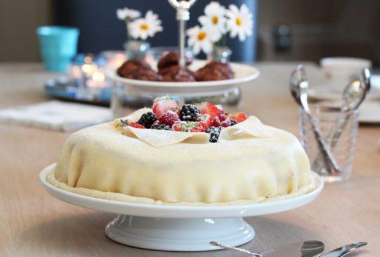 Image: Marsipanbløtkake med jordbær, vaniljekrem og valnøtter