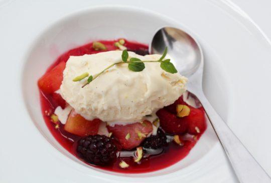 Image: Grillet frukt og bær med vaniljeis