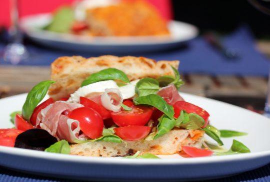 Image: Foccacia med parmaskinke, tomater og mozzarella