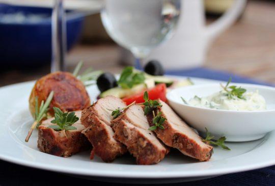 Image: Grillet svinefilet med grillede poteter, tomatsalat og tzatziki