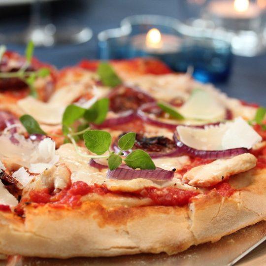 Image: Pizza med sitronmarinert kylling og mozzarella